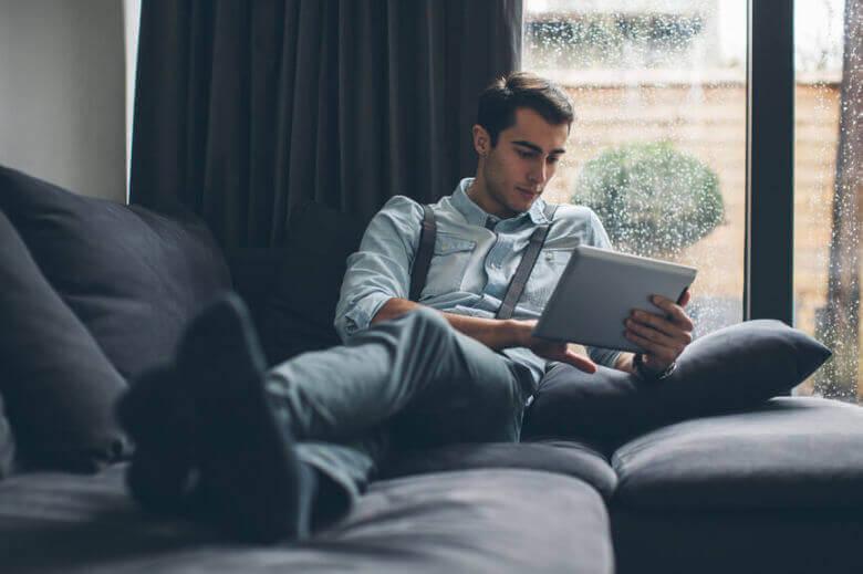Hombre en una tableta en una relación a larga distancia